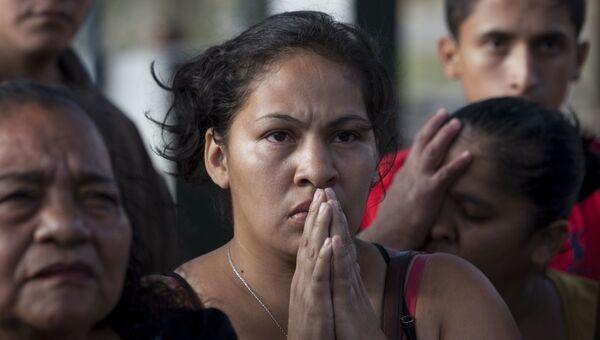 Родственники жертв пожара в центре реабилитации жертв домашнего насилия в Гватемале. 8 марта 2017