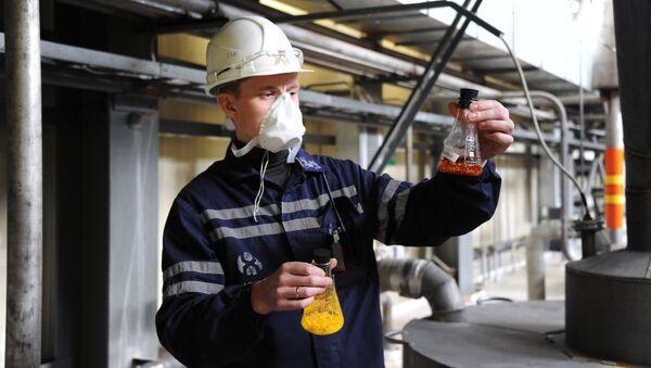 Сотрудник во время процесса переработки продуктивных растворов в концентрат природного урана на предприятии ОАО Хиагда в Баунтовском районе Республики Бурятия. Архивное фото