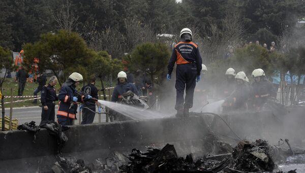 Пожарные на месте разбившегося самолета в Стамбуле, Турция. 10 марта 2017