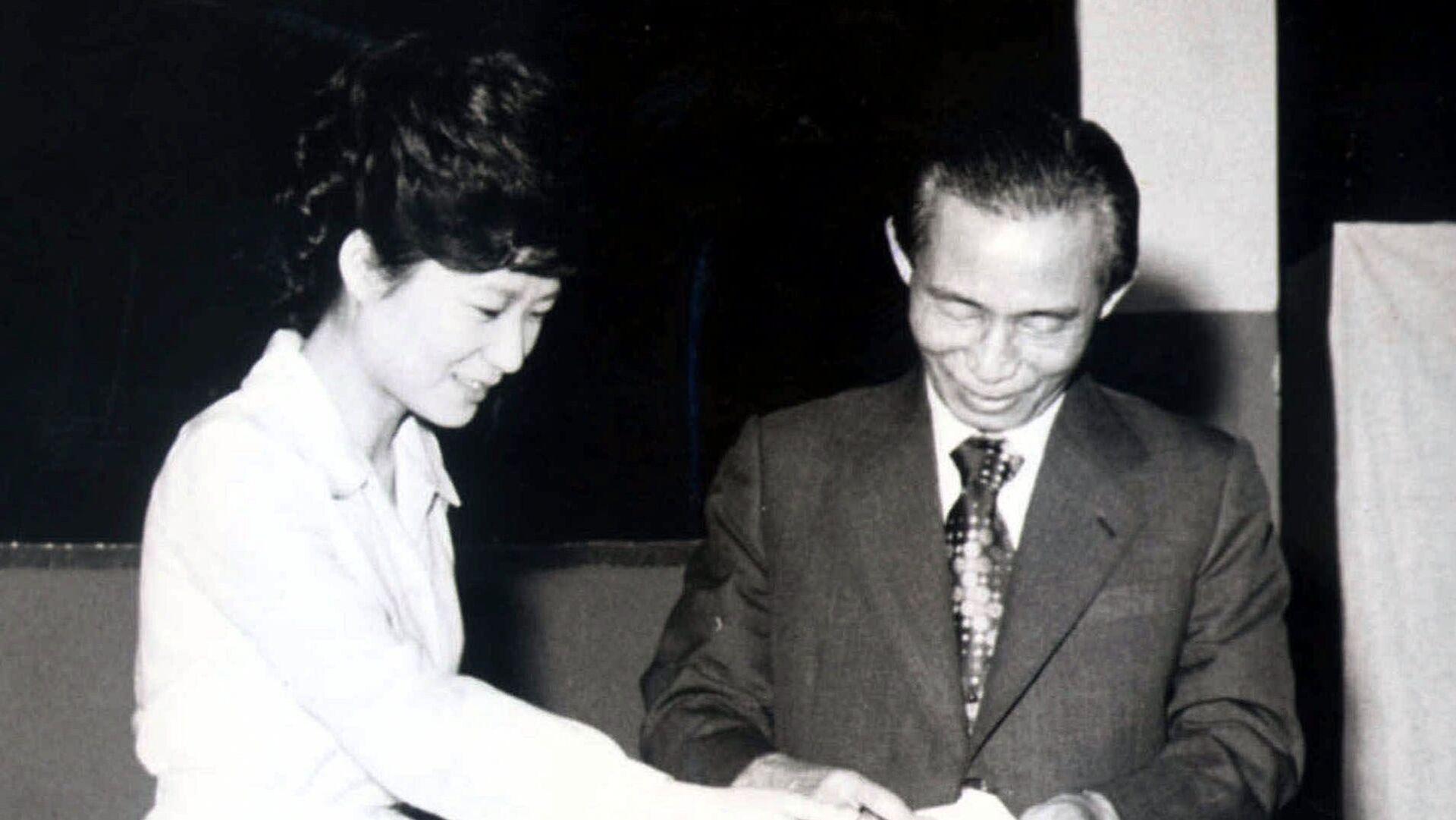 Пак Кын Хе и ее отец Пак Чон Хи. 1977 год  - РИА Новости, 1920, 26.10.2020