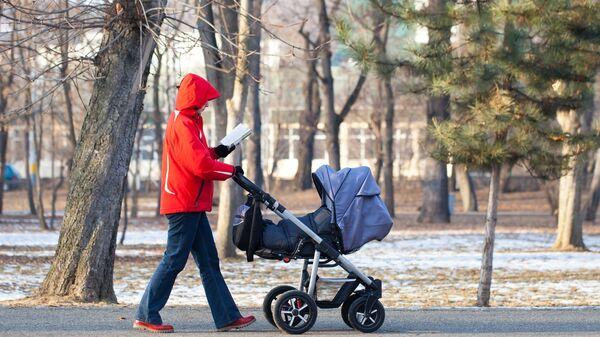 Мама с ребенком на прогулке. Архивное фото