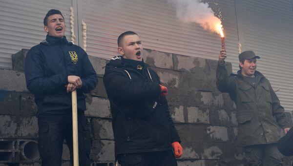 Участники акции у входа в центральное отделение дочернего предприятия Сбербанка России в Киеве