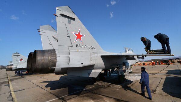 Подготовка сверхзвукового всепогодного истребителя-перехватчика дальнего радиуса действия МиГ-31 к полету. Архивное фото