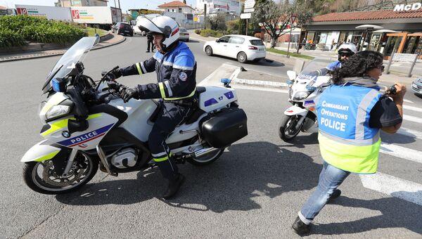 Полицейские недалеко от лицея в южном французском городе Грас, где произошла стрельба. 16 марта 2017