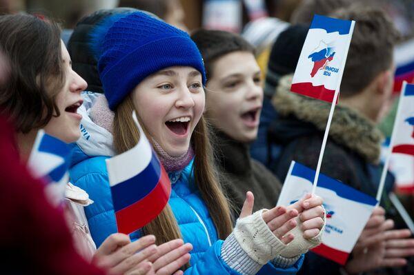 Горожане во время праздничных мероприятий, посвященных Дню Общекрымского референдума 2014 года, в Симферополе