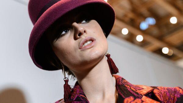 Модель в одежде из новой коллекции дизайнера Славы Зайцева в рамках Mercedes-Benz Fashion Week Russia
