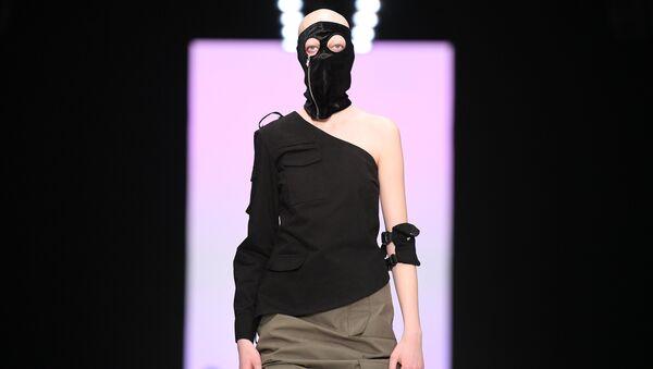 Модель демонстрирует одежду из новой коллекции Lumier Garson в рамках Mercedes-Benz Fashion Week Russia