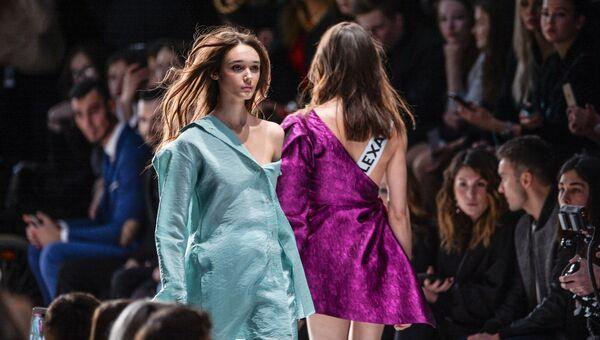 Модели демонстрируют одежду из новой коллекции дизайнера Александра Рогова в рамках Mercedes-Benz Fashion Week Russia