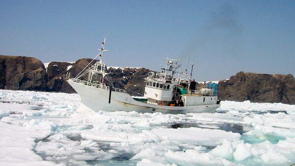 Российское рыболовецкое судно у берегов острова Хабомаи Малой Курильской гряды