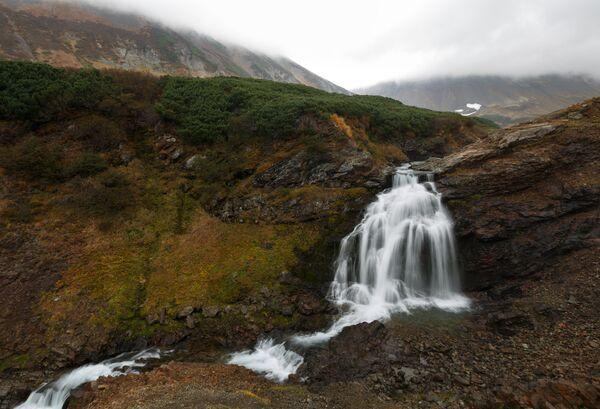 Водопад на реке Тахколоч в районе горного массива Вачкажец на Камчатке