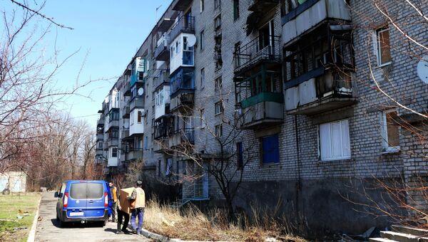 Многоквартирный жилой дом, поврежденный в результате обстрелов, на улице Привокзальная в поселке Северный в Донецке. Архивное фото