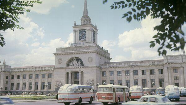 Здание железнодорожного вокзала в городе Волгограде