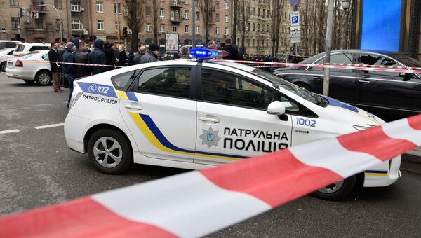 Полицейский автомобиль на месте убийства бывшего депутата Государственной Думы РФ Дениса Вороненкова в Киеве. Архивное фото