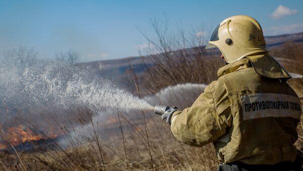 Сотрудники МЧС тушат пожар. Архивное фото