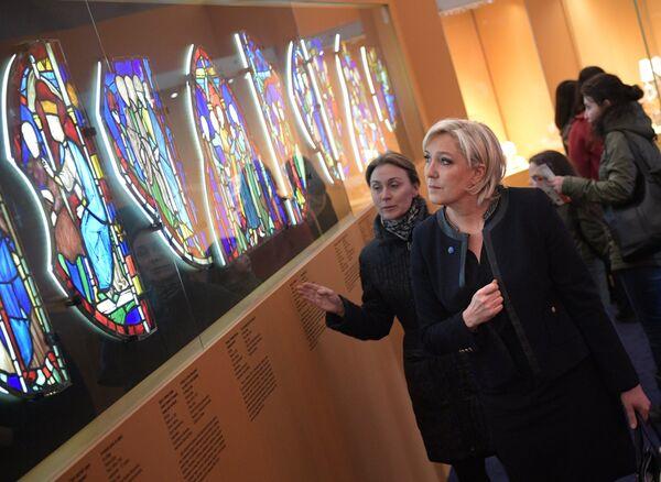 Кандидат в президенты Франции Марин Ле Пен во время осмотра музея на территории Кремля перед встречей с президентом РФ Владимиром Путиным