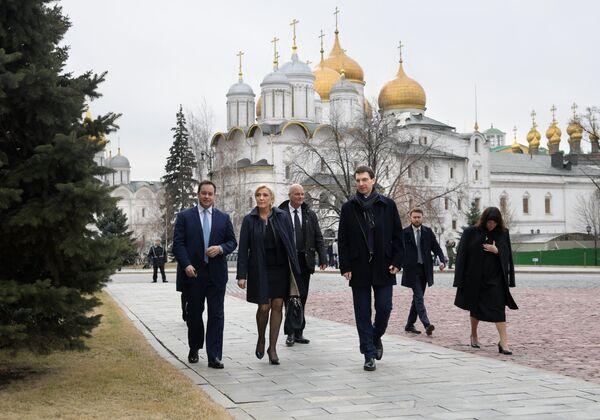 Лидер политической партии Франции Национальный фронт, кандидат в президенты Франции Марин Ле Пен во время осмотра территории Кремля перед встречей с Владимиром Путиным