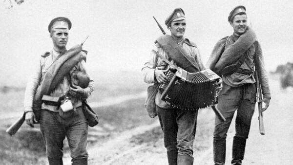 Группа русских солдат дезертирует с фронта
