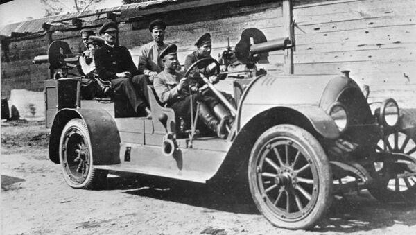 Вооруженный пулеметами автомобиль на улицах Москвы