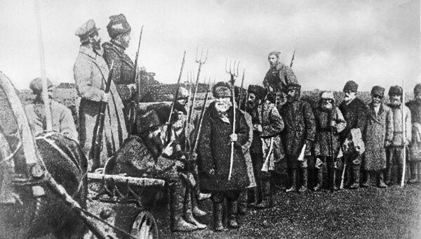 Крестьянский революционный отряд. Крестьяне вооружены вилами. Октябрьская революция. 1917 год