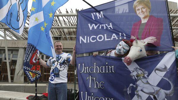 Сторонники независимости Шотландии у здания парламента в Эдинбурге