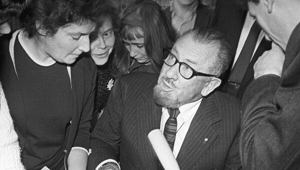 Американский писатель Джон Стейнбек во время раздачи автографов читателям Всесоюзной государственной библиотеки иностранной литературы в Москве