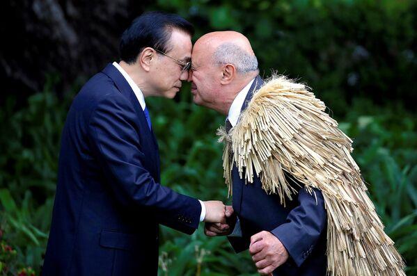 Премьер-министр Китая Ли Кэцян во время официальной церемонии приветствия в Доме правительства в Веллингтоне, Новая Зеландия