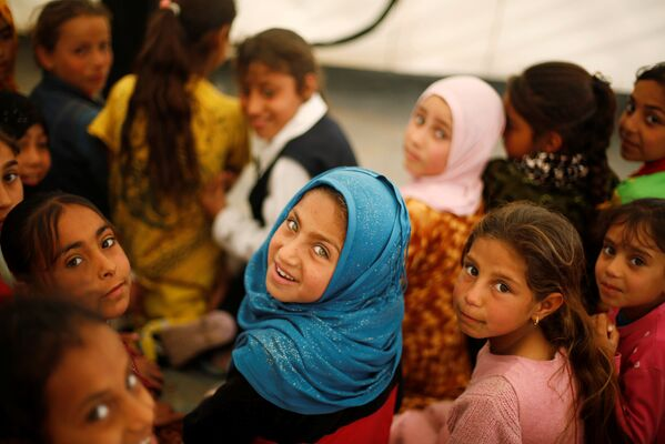 Иракцы, покинувшие мвои дома, в палаточном лагере к югу от Мосула
