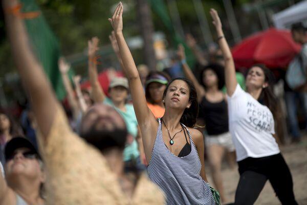 Участники акции, организованной Гринписом и художником Джоном Квигли, по защите Амазонского кораллового рифа в Рио-де-Жанейро, Бразилия