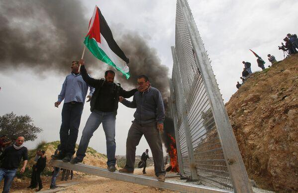 Палестинские демонстранты во время протеста в городе Бейт-Джала