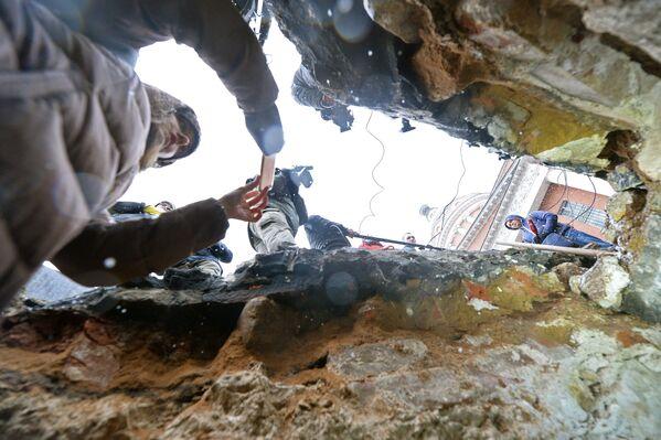 Вид из подземной комнаты, обнаруженной археологами у основания Китайгородской стены в Москве