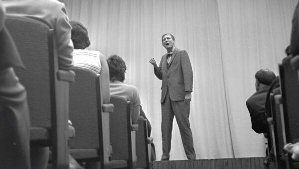 Поэт Евгений Евтушенко (на сцене) читает свои стихи. 1962 год