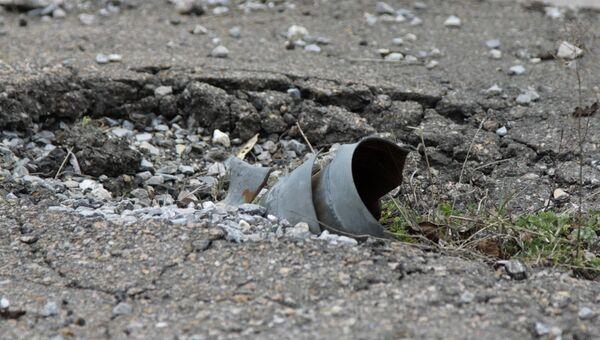Неразорвавшийся снаряд РСЗО Град в Донецке. Архивное фото