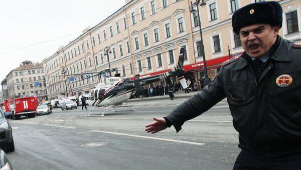 Сотрудник полиции у станции метро Технологический институт в Санкт-Петербурге