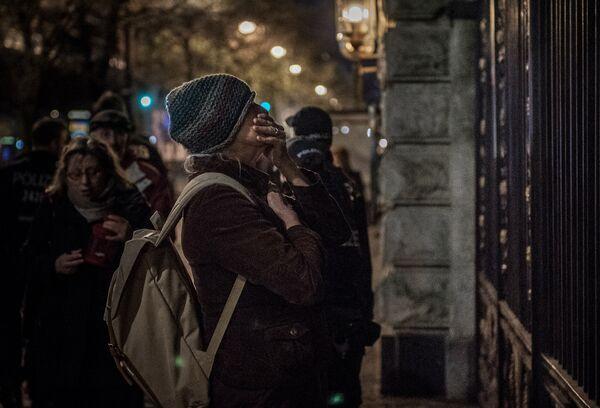 Женщина пришла к посольству РФ в Берлине почтить память о погибших в результате взрыва в метро Санкт-Петербурга