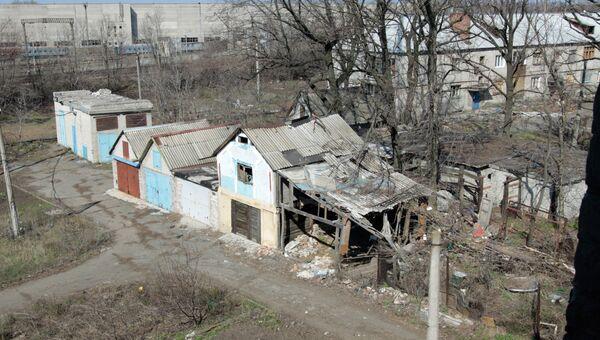 Разрушенный частный дом на улице Привокзальной в прифронтовом поселке Донецк-Северный в Донецкой области