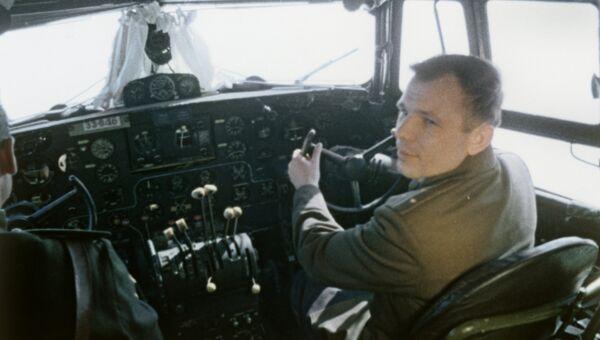 Юрий Гагарин в кабине самолета перед полетом в космос