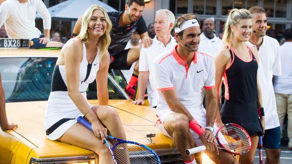 Российская теннисистка Мария Шарапова и швейцарский теннисист Роджер Федерер участвуют в мероприятии Nike Street Tennis Pro в Нью-Йорке, 2015