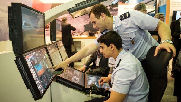 Военно-морские летчики используют симулятор полета во время выставки LAAD 2017 Defense and Security в Рио-де-Жанейро, Бразилия, 4 апреля 2017