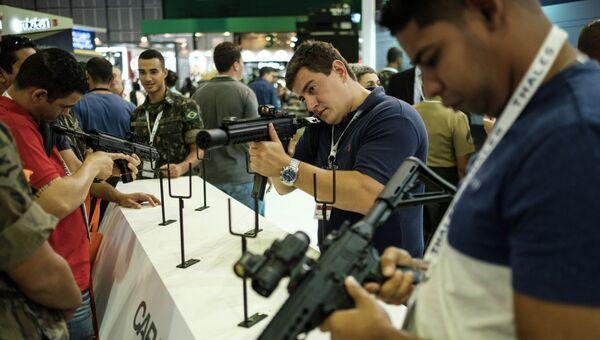 Автоматы Caracal на выставке LAAD 2017 Defense and Security в Рио-де-Жанейро, Бразилия, 4 апреля 2017