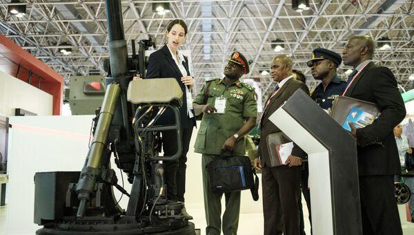Члены делегации из Нигерии слушают про систему миномета во время выставки LAAD 2017 Defense and Security в Рио-де-Жанейро, Бразилия, 4 апреля 2017