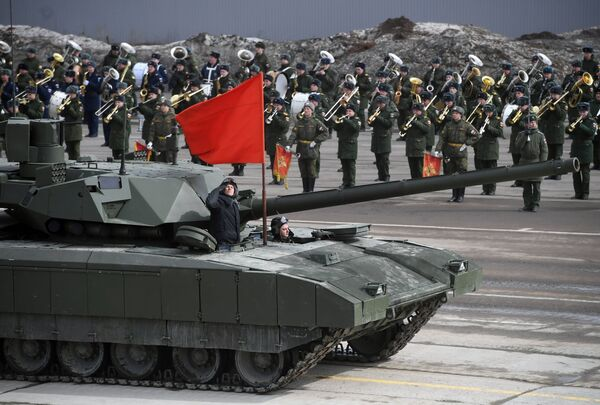 Танк Т-14 Армата механизированной колонны Московского гарнизона во время тренировки к военному параду на Красной площади 9 мая 2017 года