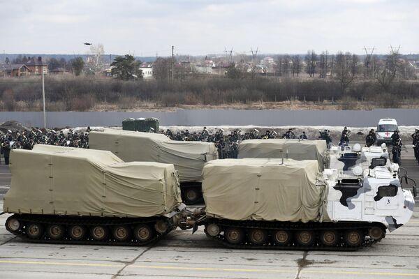 Гусеничные транспортеры механизированной колонны Московского гарнизона во время тренировки к военному параду на Красной площади 9 мая 2017 года