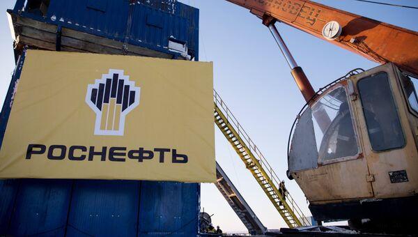 Баннер компании Роснефть на месте бурения скважины Центрально-Ольгинская-1. Архивное фото