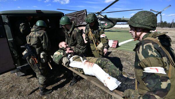 Военнослужащие эвакуируют условного пострадавшего во время совместных тактических учений подразделений ВДВ РФ и ССО ВС РБ в Витебске
