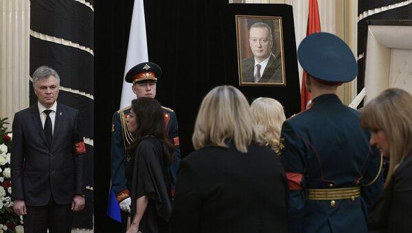 На церемонии прощания с сенатором Вадимом Тюльпановым в Санкт-Петербурге. 7 апреля 2017
