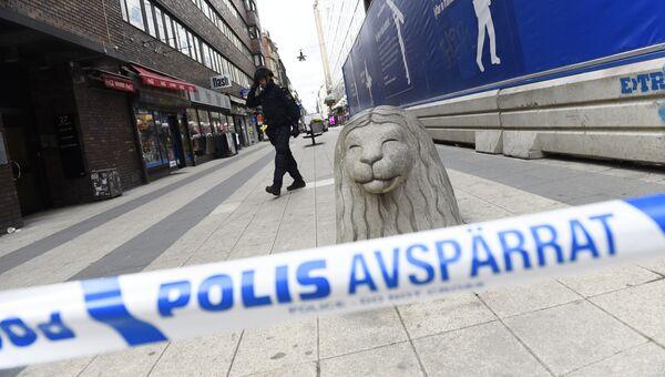 Полицейское оцепление на улице Дроттнинггатан в Стокгольме после наезда грузовика на людей. 7 апреля 2017