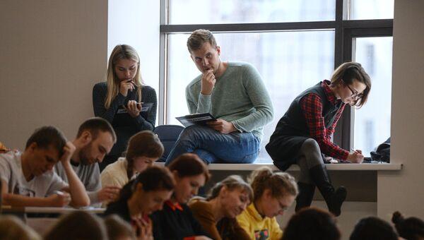 Участники во время ежегодной акции по проверке грамотности Тотальный диктант — 2017 в аудитории Новосибирского государственного университета в Новосибирске