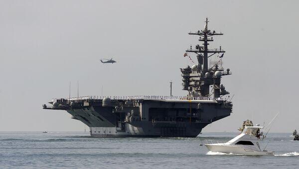 Авианосец ВМС США Карл Винсон выходит из порта Сан-Диего. 22 августа 2014 года