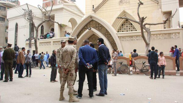 Люди у коптской церкви Святого Георгия в египетском городе Танта, где произошел взрыв
