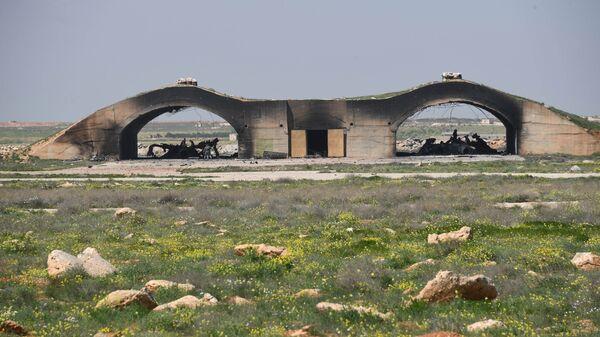 Остовы самолетов, сгоревших в результате ракетного удара США по авиабазе в Сирии